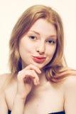 美丽的妇女面孔画象年轻愉快微笑 免版税库存图片