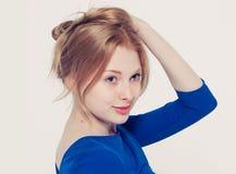 美丽的妇女面孔画象年轻灰色背景 免版税库存照片