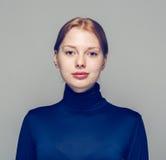 美丽的妇女面孔画象年轻灰色背景 免版税库存图片
