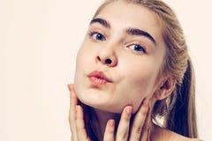 美丽的妇女面孔画象年轻白肤金发的亲吻 免版税库存照片