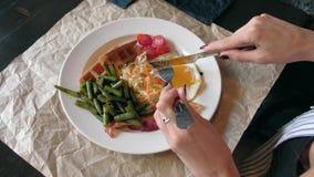 美丽的妇女食用早餐在餐馆 影视素材