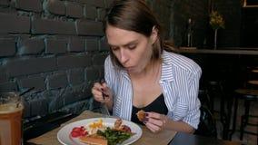 美丽的妇女食用早餐在餐馆 股票录像