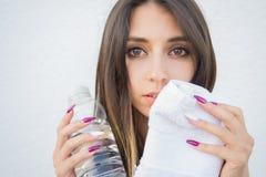 美丽的妇女饮用水画象  图库摄影