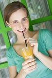 美丽的妇女饮用的汁液 免版税图库摄影