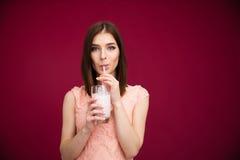 美丽的妇女饮用的酸奶 免版税库存图片