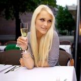 美丽的妇女饮用的香槟 图库摄影