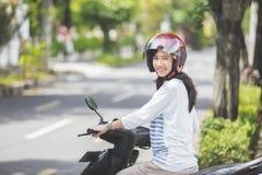 美丽的妇女骑马摩托车 免版税库存照片