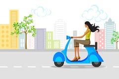 美丽的妇女骑马滑行车 免版税库存照片