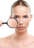美丽的妇女,皮肤接近与放大镜 库存图片