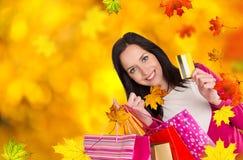 年轻美丽的妇女,秋天购物 图库摄影