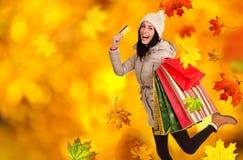 年轻美丽的妇女,秋天购物 库存照片
