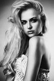美丽的妇女年轻人 性感白肤金发的女孩 单色 库存图片