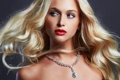 美丽的妇女年轻人 性感白肤金发的女孩 珠宝 免版税库存图片