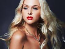 美丽的妇女年轻人 性感白肤金发的女孩 珠宝 库存照片