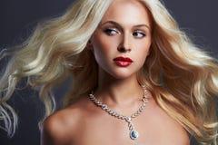 美丽的妇女年轻人 性感白肤金发的女孩 珠宝 免版税图库摄影