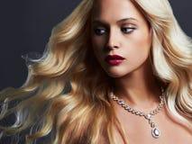 美丽的妇女年轻人 性感白肤金发的女孩 珠宝 免版税库存照片