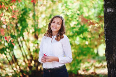 美丽的妇女年轻人 秀丽微笑的少年女孩在秋天公园 图库摄影