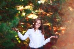 美丽的妇女年轻人 秀丽微笑的少年女孩在秋天公园 免版税库存图片