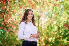 美丽的妇女年轻人 秀丽微笑的少年女孩在秋天公园 库存照片