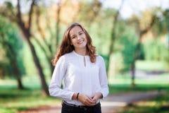 美丽的妇女年轻人 秀丽微笑的少年女孩在秋天公园 免版税图库摄影
