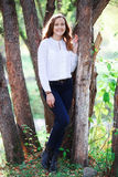 美丽的妇女年轻人 秀丽微笑的少年女孩在秋天公园 库存图片