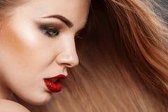 美丽的妇女水平的照片有长的头发的 免版税库存照片