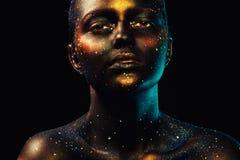 美丽的妇女水平的画象有黑暗的面孔艺术的 免版税库存照片