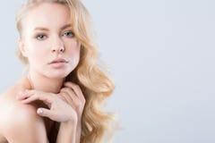 美丽的妇女 时装模特儿的特写镜头纵向 头发 库存图片