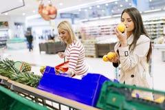 美丽的妇女购物的蔬菜和水果 免版税库存照片