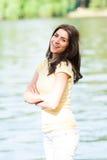 年轻美丽的妇女画象反对湖的在夏天城市公园 库存图片