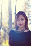 年轻美丽的妇女画象在有好的早晨阳光的公园 图库摄影