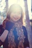 年轻美丽的妇女画象在有好的早晨阳光的公园 免版税库存照片