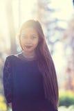 年轻美丽的妇女画象在有好的早晨阳光的公园 免版税库存图片