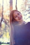 年轻美丽的妇女画象在有好的早晨阳光的公园 库存照片