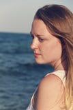 美丽的妇女画象在海洋旁边的 免版税库存图片