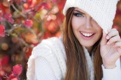 美丽的妇女画象在秋天公园 免版税库存照片