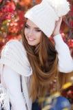 美丽的妇女画象在秋天公园 库存图片