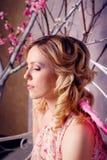 年轻美丽的妇女画象天使服装的有桃红色胜利的 免版税库存图片