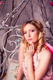 年轻美丽的妇女画象天使服装的有桃红色胜利的 库存照片