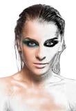 年轻美丽的妇女画象有光亮的绿色湿构成的 免版税图库摄影
