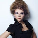 美丽的妇女画象有典雅的发型的 免版税库存图片