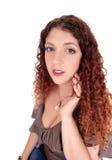 美丽的妇女画象有卷曲深色的头发的 库存图片