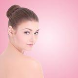 年轻美丽的妇女画象有完善的皮肤的在桃红色 库存照片