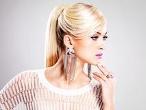 有时尚构成和白发的美丽的妇女 免版税库存图片