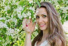 美丽的妇女画象有苹果树的开花 免版税库存图片