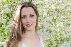 美丽的妇女画象有苹果树的开花 免版税图库摄影