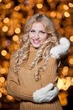 年轻美丽的妇女画象有长的公平的头发的室外在一个冷的冬日。冬天衣裳的美丽的白肤金发的女孩 图库摄影