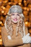 年轻美丽的妇女画象有长的公平的头发的室外在一个冷的冬日。冬天衣裳的美丽的白肤金发的女孩 免版税库存图片