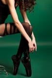 美丽的妇女画象有长的棕色头发的。摆在绿色背景的演播室的时装模特儿的特写镜头画象 库存图片