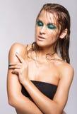 年轻美丽的妇女画象有绿色湿光亮的构成的 免版税库存图片